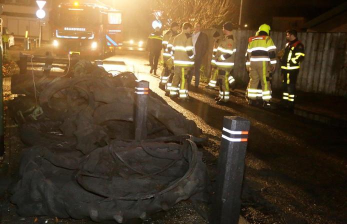 Tractorbanden in brand in Waardenburg.