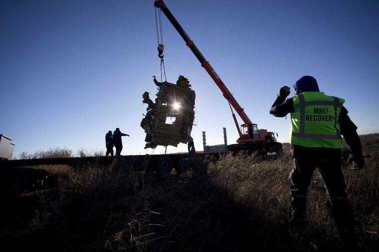 Werkzaamheden bij de plek waar vlucht MH17 neerstortte. Beeld anp