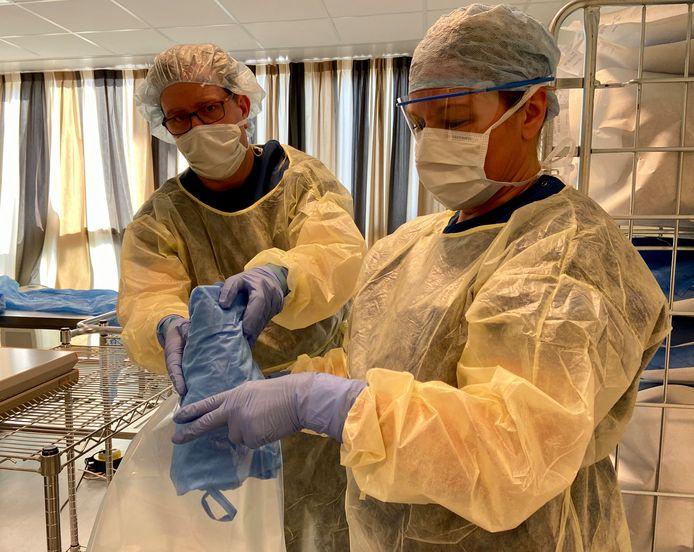 Om tekort te voorkomen is het ziekenhuis in Deventer isolatiejassen aan het herbruiken.