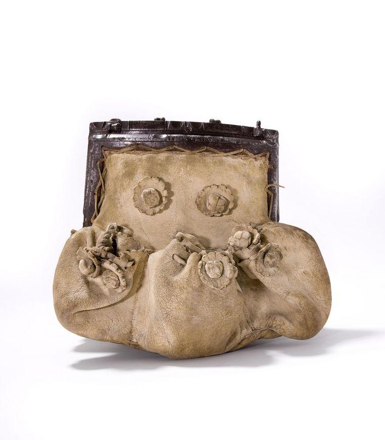 De oudste tas uit de museumcollectie is afkomstig uit Frankrijk, gemaakt van geitenleer en voorzien van een ijzeren beugel. Hij bevat achttien vakjes, waarvan een aantal achter verborgen sluitingen. Beeld Tassenmuseum Hendrikje