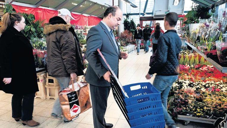 Interim-manager De Voogd in de C1000-supermarkt op het Buikslotermeerplein: 'Er moeten nog meer winkelverboden komen; er zitten een paar zeer hardleerse figuren tussen.' Beeld Maarten Steenvoort