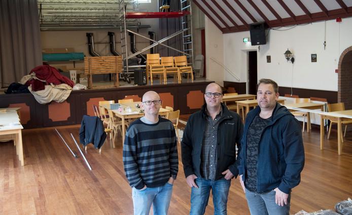 Johan Reefman, Henk Reinders en Marc Bunskoek (vlnr) in de oude gymzaal waar net de toneelgordijnen worden vervangen.