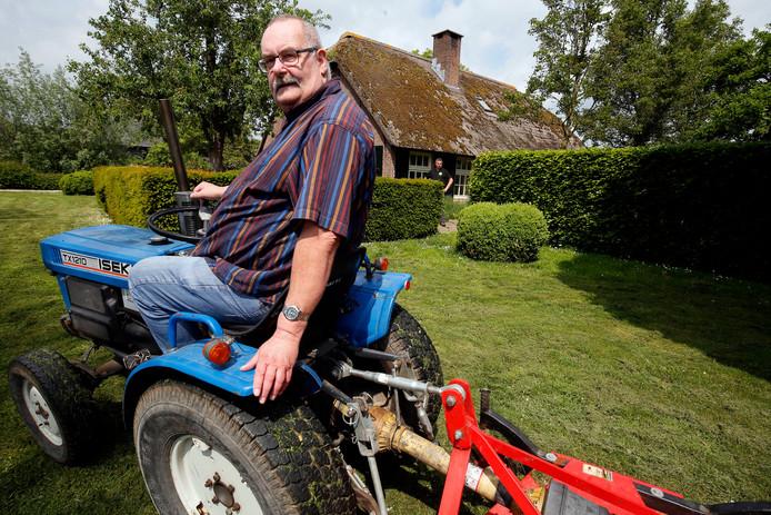 Gastheer Hans zorgt voor rondleidingen op de boerderij. Hij neemt bezoekers ook mee naar het nieuwe pand van Bij Bram in Meerkerk.