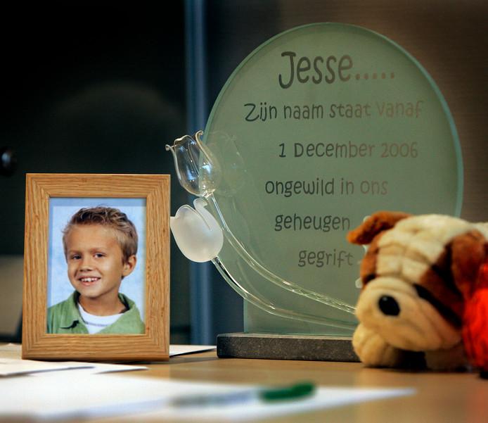 HOOGERHEIDE - Foto van de 8-jarige Jesse Dingemans, in het gemeentehuis van Hoogerheide, bij de condoleancemogelijkheid destijds. ANP PHOTO ROBERT VOS