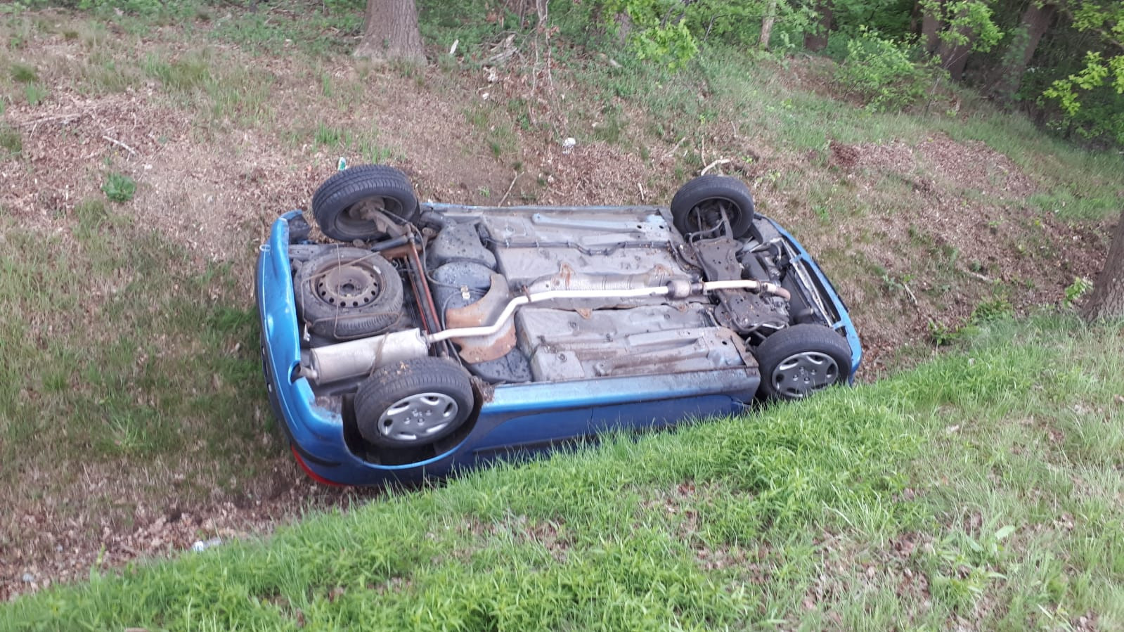 De auto belandde op de kop in de greppel.