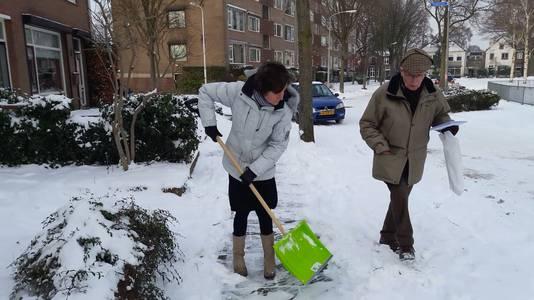 Bewoners in Nijmegen ruimen de sneeuw op.