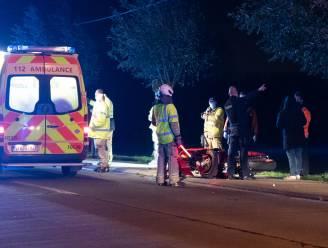 Motorrijder levensgevaarlijk gewond na klap tegen boom