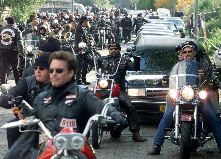 Honderden leden van motorclub Hells Angels begeleiden de lijkauto met Sam Klepper erin naar de begraafplaats Beeld anp