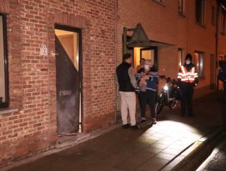 Deur van woning vernield bij ontploffing in Krekelstraat, vermoedelijk door zware voetzoeker