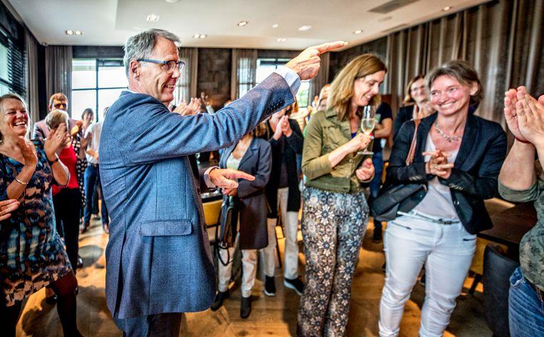 FNV'ers  applaudisseren voor voorzitter Han Busker na  de positieve uitslag van het referendum over de pensioenen in 2019 Beeld Raymond rutting