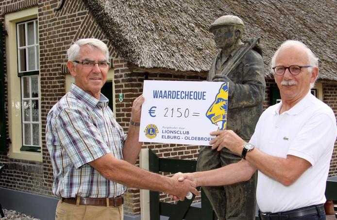 Uit handen van Henk Kuiper (r), president van de Lionsclub Elburg-Oldebroek, krijgt Marinus Hein de cheque van 2150 euro voor het Boerderijmuseum.