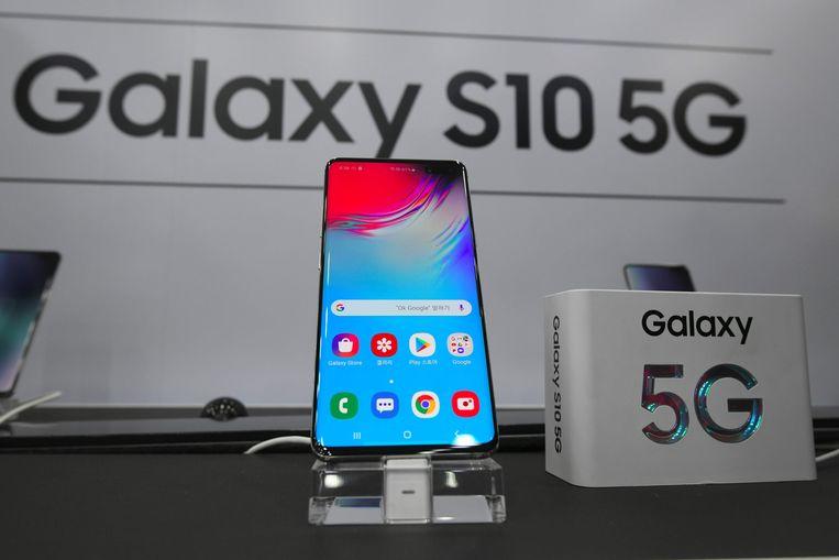 Een Samsung Galaxy S10 5G-smartphone. Fabrikanten van elektronica bereiden zich al voor op het nieuwe netwerk. Beeld AFP