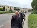 Loes van der Meijs, burgemeester van Doesburg, spreekt met de pers nadat zij het getroffen gezin heeft gesproken.