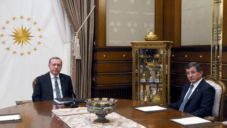 Erdogan en Davutoglu voorafgaand aan een besloten bijeenkomst vandaag. Beeld afp