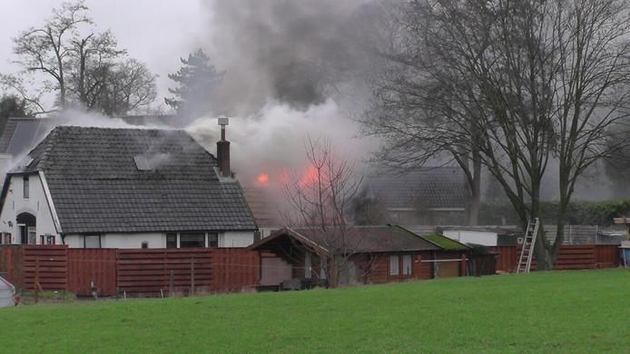 Woensdagochtend ontstond een grote brand in een schuur aan de Koffiestraat in Eefde.