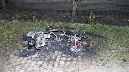 Bromfiets in brand gestoken