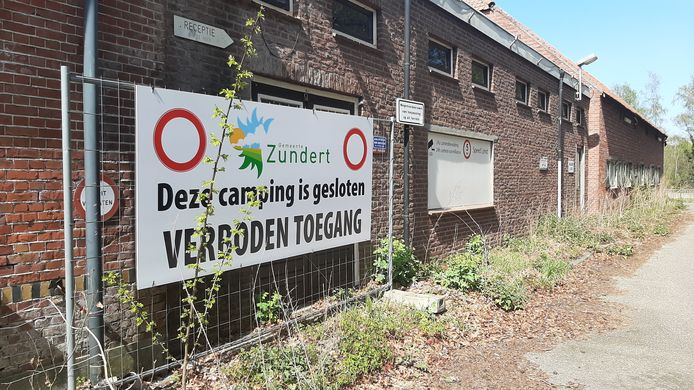 Het doek bij de ingang van de voormalige camping Fort Oranje is duidelijk. Wie toch verder gaat wordt door de nonstop beveiliging op het terrein tegengehouden.