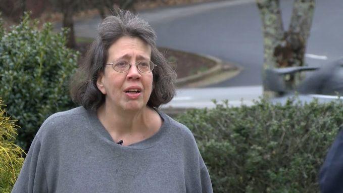 VIDEO. Deze vrouw leefde 44 dagen bij lichaam overleden moeder. Nu vertelt ze waarom