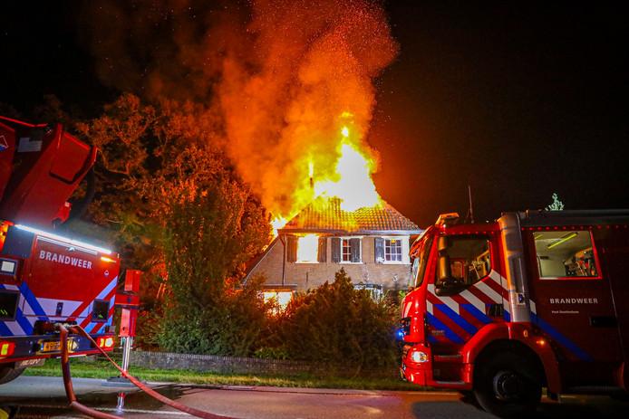 De vlammen sloegen metershoog uit de villa in Hummelo.