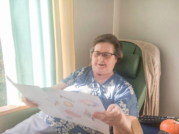 Een bewoonster van rusthuis De Gerda krijgt een tekening van kinderen.