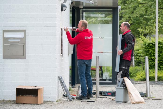 De opgeblazen pinautomaat in Terborg wordt nu afgesloten na de tweede plofkraak binnen enkele maanden.