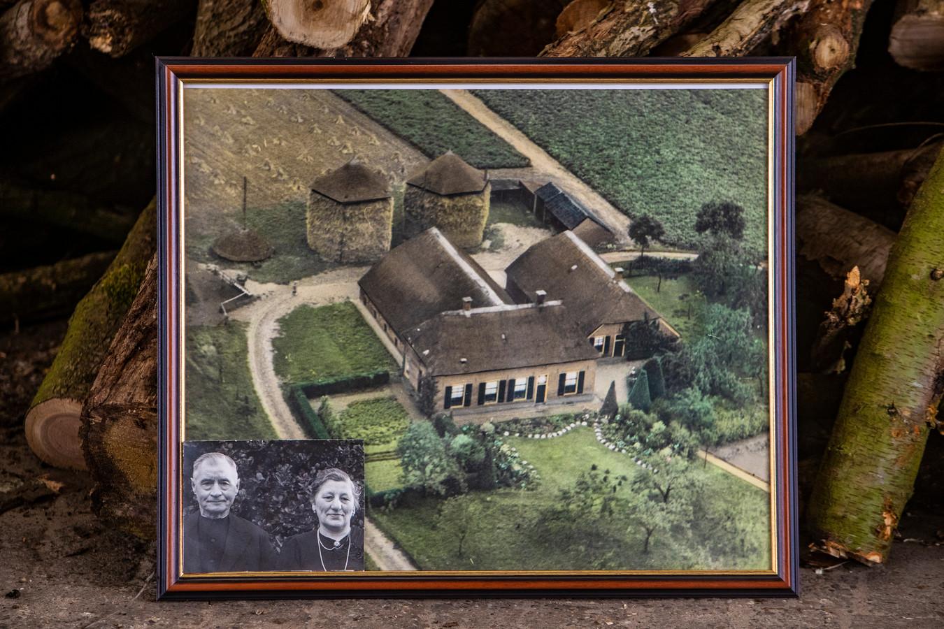 Deze oude foto's van de boerderij en zijn ouders heeft Theo Boerkamp nog steeds thuis.