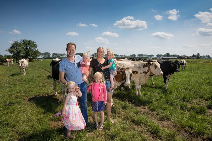 Hein en Wendy van Schooten met hun vier kinderen.