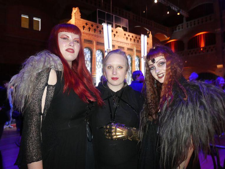 "Nina Mulder (Nina Hexna): ""Dit is onze alledaagse kleding."" Met fotograaf Laura Sheridan en Mara Buur (Psychara). Beeld Hans van der Beek"