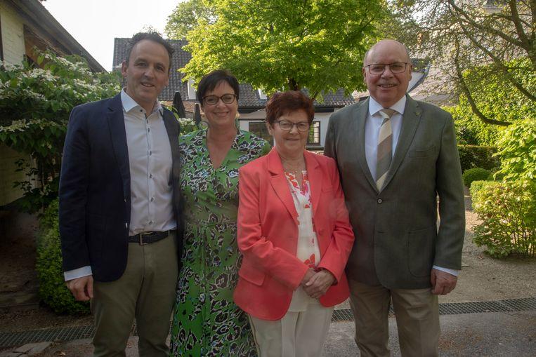 Luc en Marie Joseph vieren gouden bruiloft met dochter Nathalie en schoonzoon Filip.