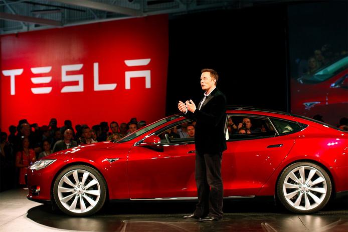 Elon Musk, de topman van Tesla, en zijn trots: de Model 3.