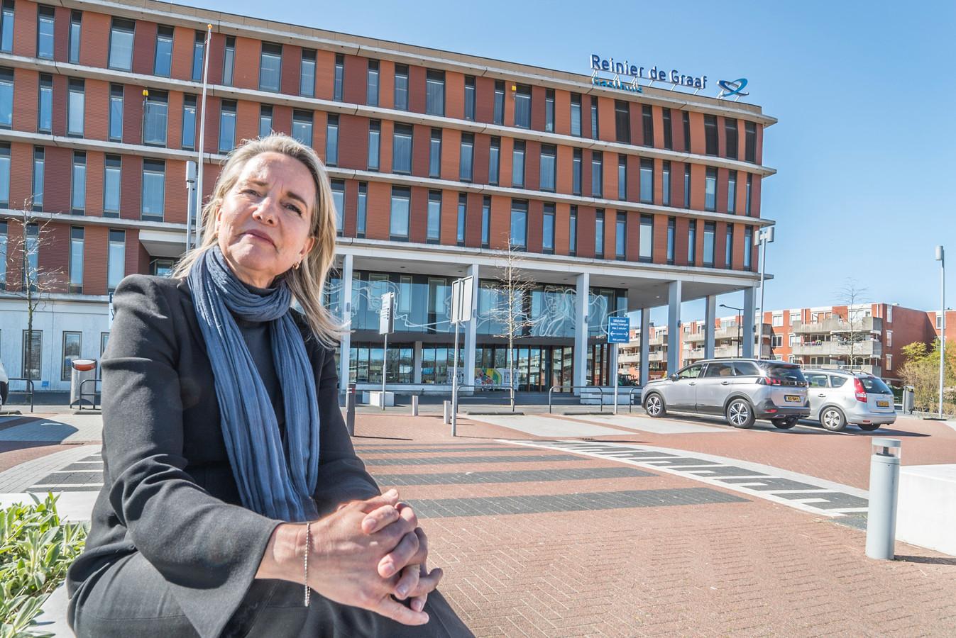 """Directievoorzitter Carina Hilders van het Reinier de Graaf ziekenhuis. ,,Alleen door krachten te bundelen, kunnen we de crisis aan."""""""