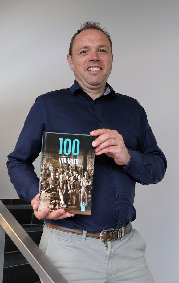 Directeur Bob Heylen met het boek '100 verhalen'.