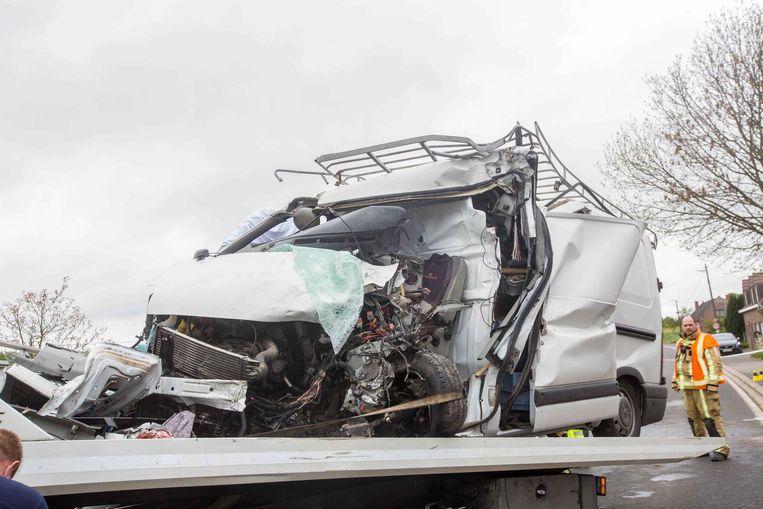 De bestelwagen (l.) en de vrachtwagen (r.) bleven zwaar gehavend achter.