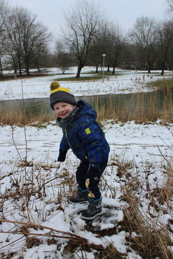 Tim uit Nijmegen geniet van de sneeuw.