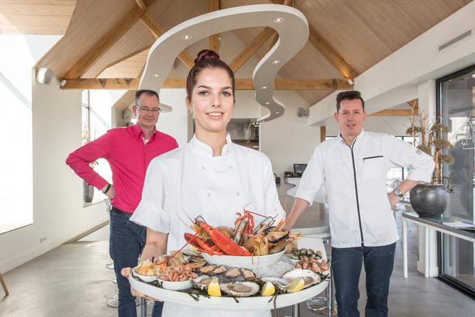 Gastheer Reinier van der Kammen (roze overhemd), chef-kok Edwin Ossewaarde (rechts) en leerling-kok Manon Rijnhout