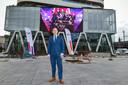 Bart De Wever pose devant le nouveau siège de DPG Media à Anvers, maison-mère de 7sur7.