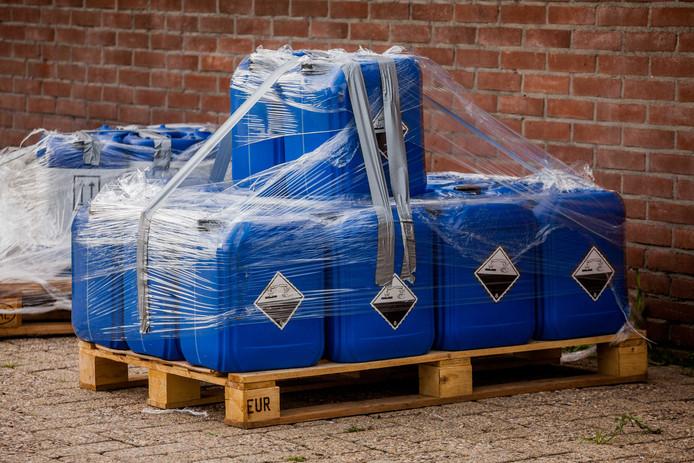 Bij een bedrijf in Lunteren wordt in opdracht van de NVWA verdacht materiaal op transport gezet.