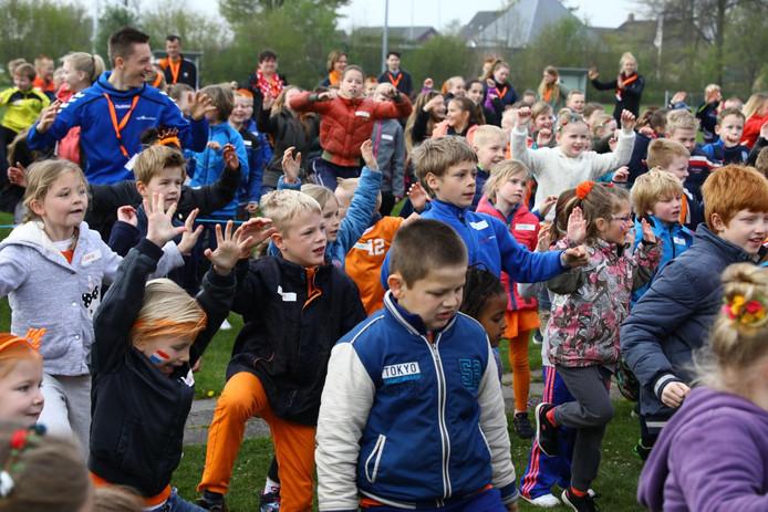 Alle leerlingen van de Noorderschool en Zuiderbasisschool in Giethoorn op de sportvelden van SV Giethoorn SE.