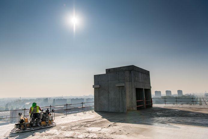 Van zodra het beton voldoende harding had, werd het gepolierd.