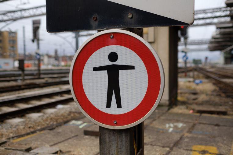 Het verkeer werd op beide lijnen stilgelegd op bevel van de politie, omdat er telkens een persoon op de sporen werd gesignaleerd.