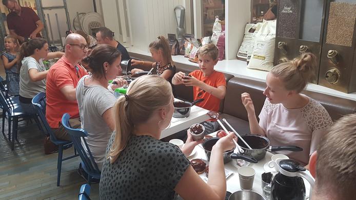 De cursisten maken samen Bossche Bollen.