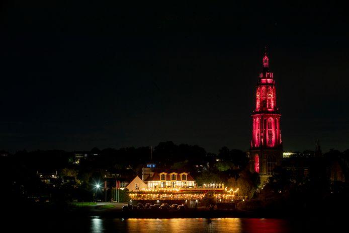 De Cuneratoren is rood verlicht om mensen een hart onder de riem te steken.