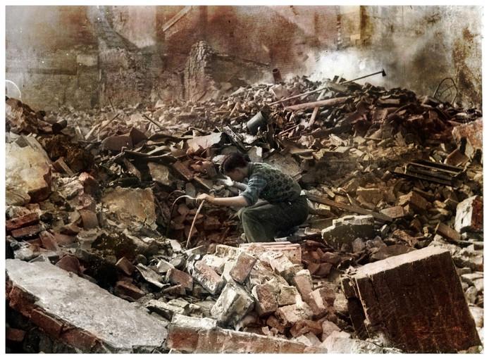 Piet Schönberger in de Pauwelstraat na het bombardement in Nijmegen in 1944