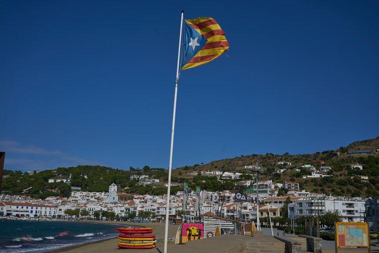 Op het strand van El Port de la Selva wappert de 'estelada', de Catalaanse vlag met de ster die staat voor de onafhankelijkheid. Beeld Samuel Aranda / de Volkskrant