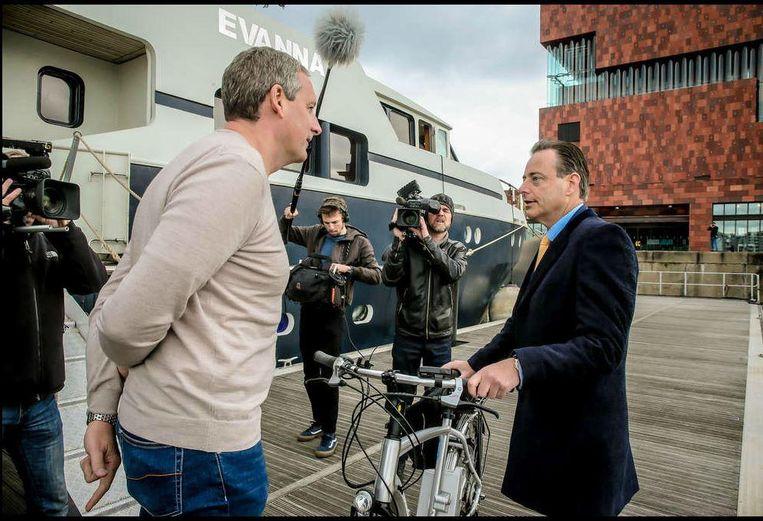 Bart De Wever komt 's morgens met de fiets aan bij de 'Evanna' van Gert Verhulst.