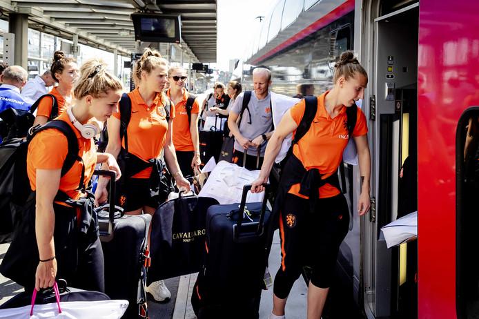 De spelers van het Nederlandse vrouwenvoetbalelftal stappen in de trein richting Valenciennes waar de kwartfinale van het WK wordt gespeeld. Rechts Sari van Veenendaal.