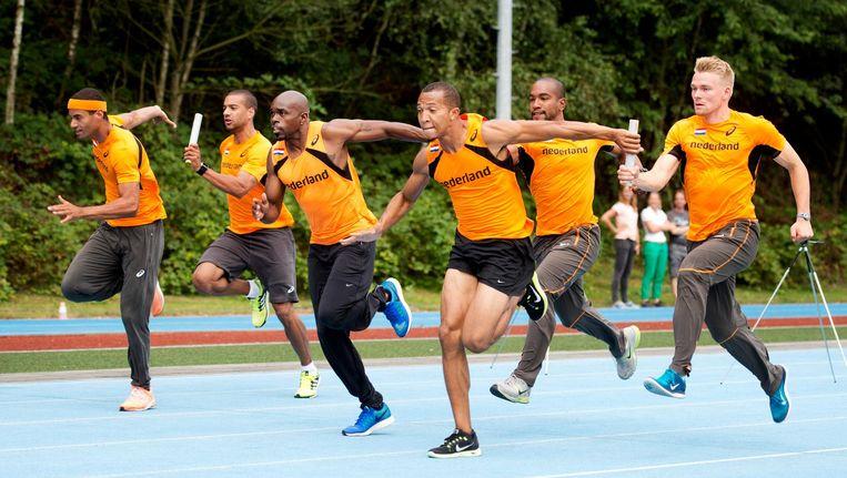 De Nederlandse estafetteploeg traint op Papendal. Beeld Anp