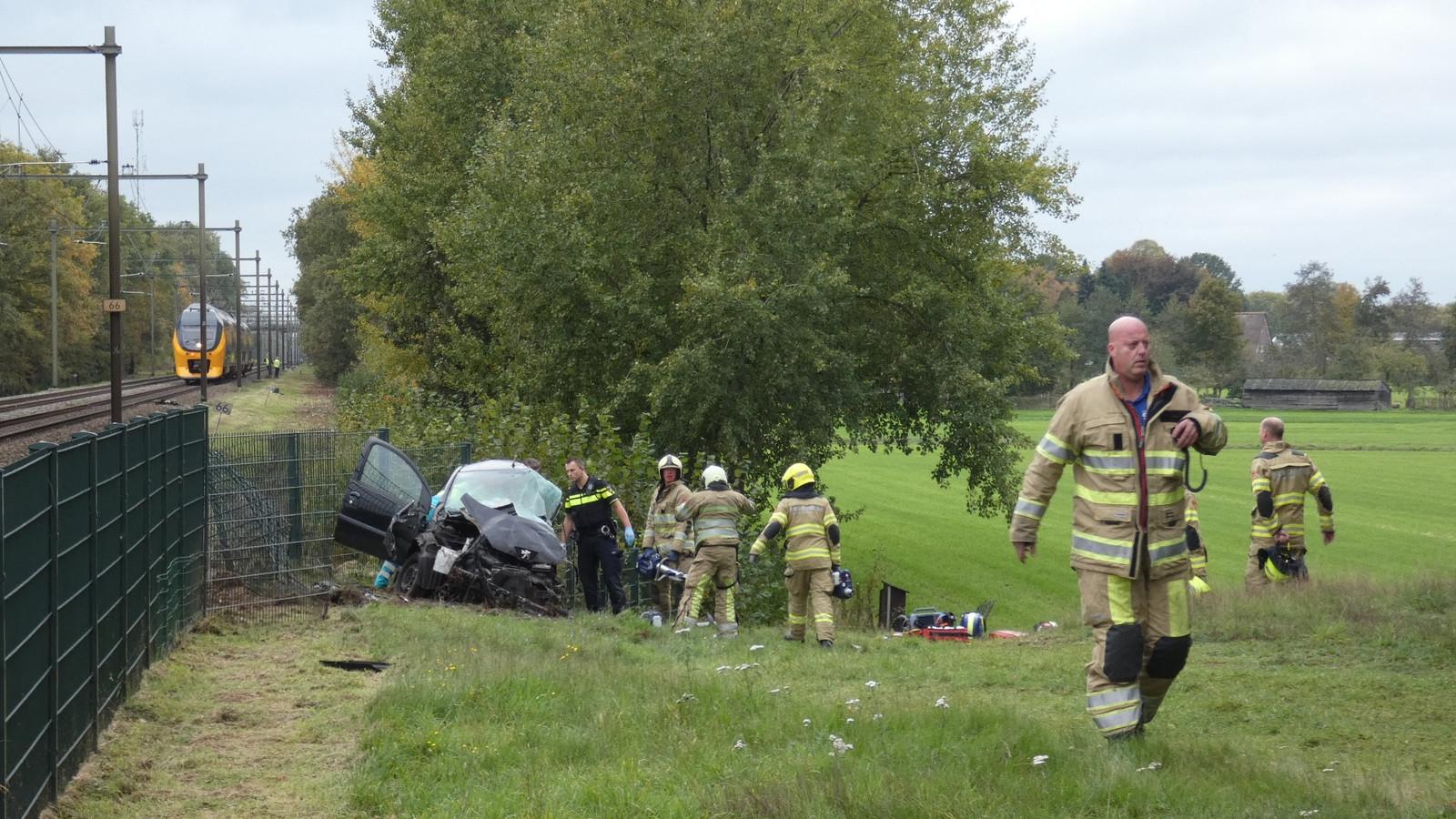 Een auto is maandagochtend bij Renswoude aangereden door een trein.