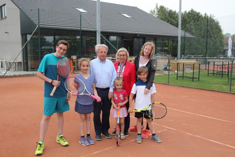 Oprichter Herman De Smedt, Francine en hun 5 kleinkinderen voor de nieuwe kantine van Tennisclub Sportina.