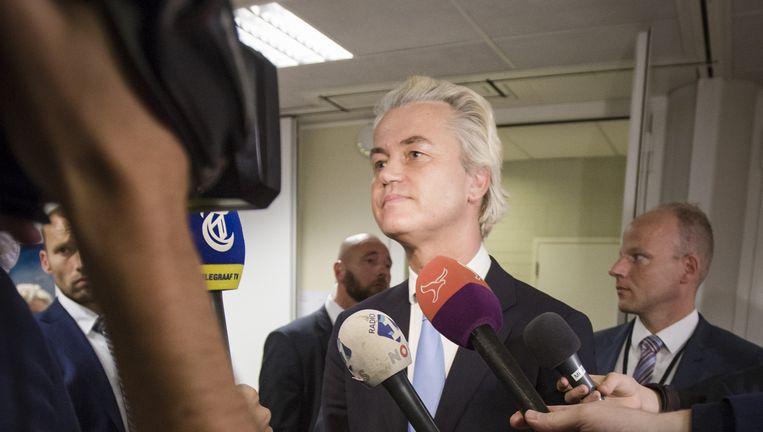 PVV-leider Geert Wilders spreekt na de gemeenteraadsvergadering in Zeewolde met de pers. Beeld Freek Van Den Bergh